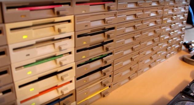 Польский программист сыграл «Имперский марш» на 64 дисководах