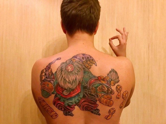 Михаил «Olsior» Зверев выполнил обещание, данное фанатам, и сделал татуировку на спине