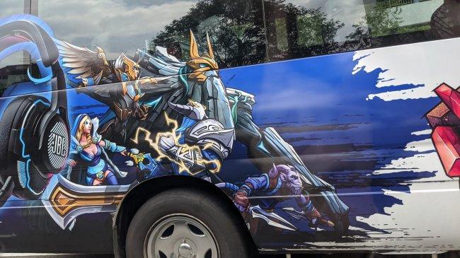 В Сингапуре запустили автобусы с символикой мейджора по Доте